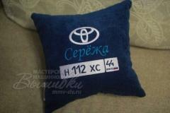 именная подушка с вышивкой госномера авто Лариса тойота
