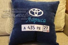 именная подушка с вышивкой госномера авто Лариса тойта