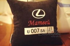 именная подушка с вышивкой госномера авто лексус