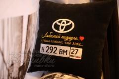 именная подушка с вышивкой госномера авто тойота любимой подруге