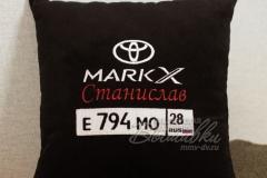 именная подушка с вышивкой госномера авто тойота марк х