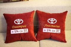 именная подушка с вышивкой госномера авто тойота (5)