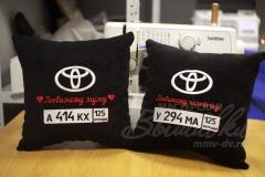 именная подушка с вышивкой госномера авто тойота