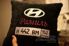 именная подушка с вышивкой госномера авто хендай (2)