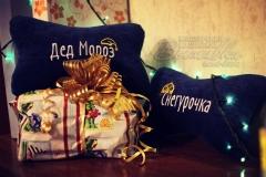 подушка подголовник косточка с вышивкой новогодние дед мороз снегурочка
