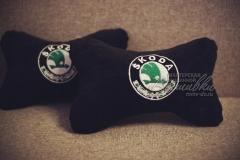 подушка подголовник косточка с вышивкой skoda