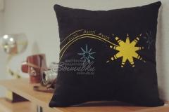 подушка с вышивкой логотипа avon